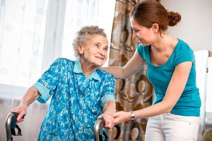 Seniorin mit Unterstützung